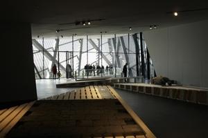 Blick aus der Ausstellung (Brandopfer Steinplatten im Vordergrund) auf den Balkon in der Keilspitze