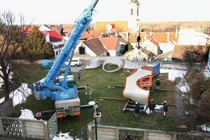 Das Monocoque-Dach wurde für den Transport in vier große Teile zerlegt ...<br />