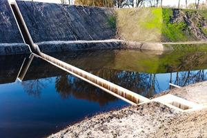 """<div class=""""15.6 Bildunterschrift"""">Für die Realisierung der Brücke such</div>ten die Architekten einen widerstandsfähigen Werkstoff, dem auch Wasser nichts anhaben kann. Durch Acetylierung unter Druck und Wärme wird die Wasserabsorption von sonst weniger dauerhaften Holzarten wesentlich verringert<br />"""
