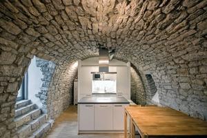 Der vorhandene Gewölbekeller unter der Remise dient heute als Küche