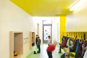 Den Gruppenräumen sind farblich markant gestaltete Garderobenbereiche, die sich in den Fluren befinden, zugeordnet. Sie sind leicht als Treffpunkt zu erkennen