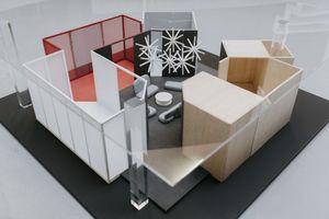"""Model dür Das Haus - Interiors on Stage, das in diesem Jahr von Lucie Koldovagestaltet ist. Die tschechische Designerin erzählt von den verschiedenen Emotionen und Bedürfnissen des Wohnens, die in ihrem """"Haus"""" alle ein eigenes Licht erhalten"""