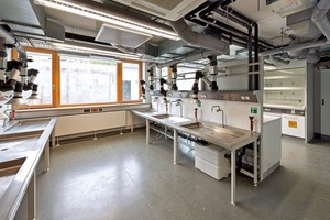 Die Labore sowie die Büroräume erhielten eine mechanische Belüftung mit hocheffizienter Wärmerückgewinnung. Die Lichtsteuerung ist tageslichtabhängig, wird über Präsenzmelder gesteuert