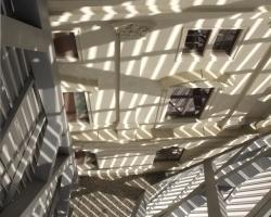 Licht- und Schattenspiel im Keilspitzenraum vor der Fassade