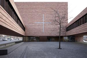Im Innenhof: Blick auf die Kirche im Osten