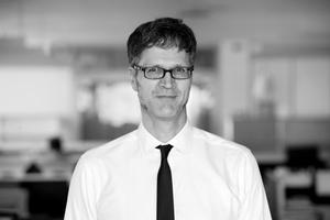 """<div class=""""autor_linie""""></div><div class=""""metainfo"""">Autor</div><div class=""""autor_linie""""></div><div class=""""fliesstext_vita""""><span class=""""ueberschrift_hervorgehoben"""">Carsten Hein </span>begann seine berufliche Laufbahn als Tragwerksplaner 1989 und ist seit 1996 für Arup tätig. Carsten Hein ist einer der leitenden Ingenieure in der Berliner Tragwerksplanung. Neben der Projektleitung betreut er Wettbewerbe und unterstützt mit seinen Erfahrungen als multidisziplinärer Planer Architekten und Bauherren bereits in den frühen Planungsphasen sehr effektiv. Als """"Design &amp; Technical Leader"""" ist er für die Organisation interner Reviews und Technik-Workshops, z.B. zur Implementierung von BIM, verantwortlich. Für das StructuralSkillsNetwork Europa koordiniert er das Wissensmanagement der Tragwerksplaner in Deutschland, Weiterbildungen innerhalb der Firma sowie die Zusammenarbeit der Büros in Europa. Carsten Hein ist Mitglied im globalen Holzkompetenz Team von Arup und vertritt die Firma in der Tall Timber Research Gruppe des CTBUH. </div><div class=""""autor_linie""""></div><div class=""""fliesstext_vita"""">Mehr Informationen: <a href=""""http://www.arup.com"""" target=""""_blank"""">www.arup.com</a></div>"""