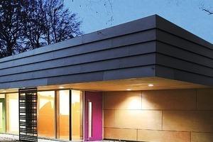 """<div class=""""10.6 Bildunterschrift"""">Um die einzelnen Gruppenräume auch nach Außen hin sichtbar zu machen, wurden die Fensterlaibungen mit Faserzementplatten in den entsprechenden Gruppenfarben eingefasst. Die Cembonit Faserzementtafeln wurden an der Fassade geschuppt angebracht</div>"""