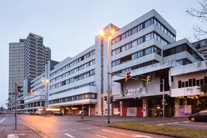 Fassade entlang der Blumenauer Straße mit dem 92 m hohen Bürogebäude der Stadtwerke im Hintergrund