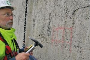 Abklopfen der Fassadenfläche, Markierung der Schadstellen und Überprüfung der Betonüberdeckung der Bewehrung