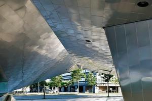Durch das punktuelle Anheben des Erdgeschosses führen die Architekten den öffentlichen Platz visuell im Inneren und unter dem Gebäude fort<br />