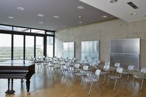Raumakustik steht nicht im Widerspruch zu architektonischer Gestaltung, wie der Sichtbeton des Musikraums in der Realschule Amorbach zeigt. Es handelt sich hier um aufklappbare Wandabsorber, die im geöffneten und geschlossenen Zustand jeweils unterschiedliche Absorptionsverhältnisse bewirken