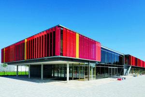 links: Neubau der Grundschule in Neubiberg: Der Sonnenschutz besteht aus sonnenstandsnachgeführten, vertikalen Lamellen, deren Rahmen mit Streckgitter bezogen wurde