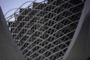 32 verdrehte Rohre formen einen radial-rautenverstrebten Kokon. Das gewebte Netz verleiht der Fassade Leichtigkeit und Dynamik<br />