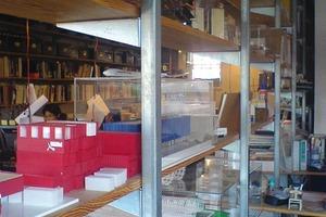 Bücherregale entstanden aus ausrangierten Kühlschränken