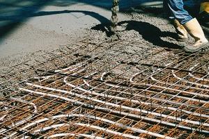 Bei der Betonkernaktivierung in Ortbeton erfolgt die Verlegung der robusten PE Xa-Rohre in der Mittellage der Betondecke