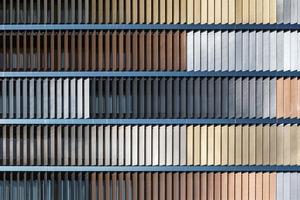 Vom ersten bis zum siebten Obergeschoss der Bürogebäude der Schweizerischen Bundesbahn dienen die Glaslamellen als Sonnenschutz, der über eine elektronische Steuerung auf den Sonnenstand reagiert und eine optimale Nutzung des Tageslicht ermöglicht. Das System arbeitet mit einer komplett verdeckten Mechanik, die unsichtbar in den Tragprofilen aus Aluminium integriert ist