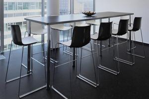 Das charakteristisch marmorierte DLW Linoleum von Armstrong in Tiefschwarz, Hellgrau und Blau liegt im H2 Office in den Küchenräumen und Pausenzonen für die Mitarbeiter. Für die Büroflächen wurde der trittschalldämmende DLW Nadelvlies in onyx grey gewählt, der in der Fläche Tiefschwarz erscheint<br />