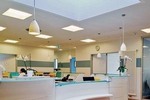 Große Oberlichter bringen viel Tageslicht auf die Empfangstresen der Arztpraxen