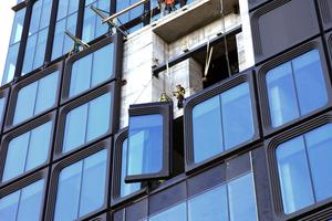 """Fensterelemente-Montage am Podiumsbau des """"55 Hudson Yards"""" von KPF"""