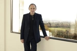 Volker Staab in der wieder geöffneten Loggia im OG, Blick auf die Karlsaue/Dokumenta-Land
