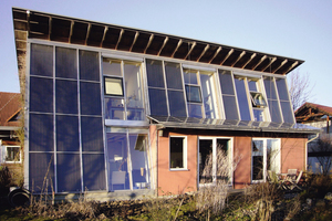 Beim Sonnenhaus in Rottenburg sind die Solarkollektoren in die Fassade integriert