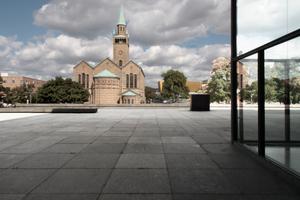 Unter Mies' Dach, Blick auf die profanierte St. Matthäus-Kirche. Rechts von dieser soll der Museumsneubau stehen