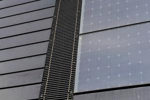 366 schwarze Solarpaneele mit einer geschätzten Jahresproduktion von 85000kWh/a sind bündig in die Fassade eingearbeitet