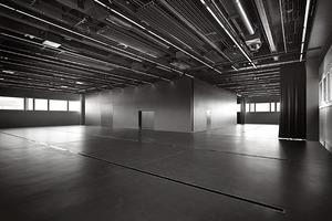 Schwarz sind die Vorlesungsräume sowie die Film- und Fotostudios im 2. und 3. Obergeschoss – Fenster- und Brüstungshöhen wandern, je nach Funktion der Räume