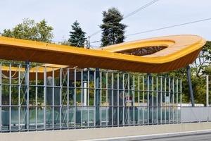 Der Entwurf besteht aus zwei  Teilen: Eine prägnante Überdachung der beiden Bahnsteige und eine rollstuhlgerechte Fahrgastbrücke über die Gleise. Diese beiden Elemente beschreiben jeweils eine ellipsoid gestauchte, halbkreisförmige Figur und stoßen jeweils mit ihren Schenkelenden aneinander<br />