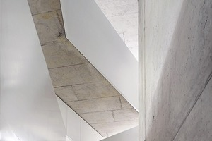 Die mal freie, mal geschlossene Treppe erschließt die dreigeschossige talseitige Wohnung