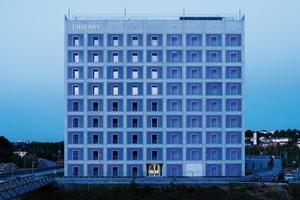 Die homogene und reduzierte Fassadengestaltung des Architekten Eun Young Yi erforderte flächenbündige, in die Fassade integrierte Gebäudetechnik. Siedle lieferte die Gebäudekommunikation, die Videokameras und die Zutrittskontrollen.