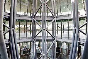 Fünf sternförmig zueinander angeordneten Fachwerke, die um eine luftige, leere Mitte im Freien rotieren, bildet den tragenden Kern. Weitere Zeichnungen zur Konstruktion finden Sie unter Webcode DBZ1Z9ZU<br />
