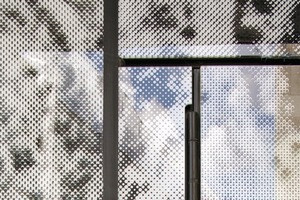Der ausgeführte, grob gerasterte Aufdruck ist ein stark vergrößertes Foto des Natursteines den Mies van der Rohe für den Barcelona-Pavillon verwendete
