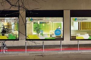 Die Räume der Stadtwerke leuchten mit ihren kräftigen Farben und setzen im Straßenraum Akzente