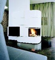oben: Kamin, Bett und Inlays bilden Skulpturen im Raum<br />unten: Eingeklappt oder ausgeklappt lässt die Couch zwei völlig unterschiedliche Raumsituationen entstehen