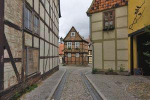 """Quedlinburg: Die Altstadt mit mehr als 1300 Fachwerksbauten ist UNESCO-Weltkulturerbe. Seit 1990 wurden im Rahmen des """"Städtebaulichen Bund-Länder-Programms Denkmalschutz"""" viele Bauten vorbildlich saniert. Aktuell sind aber auch 250 historische Häuser akut vom Verfall bedroht, für die sich keine neuen Nutzer finden, auch eine Folge des Bevölkerungrückgangs."""