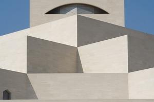 "<div class=""autor_linie""></div><div class=""dachzeile"">Baudaten</div><div class=""autor_linie""></div><p><strong>Objekt:</strong></p><p>Museum für Islamische Kunst</p><div class=""autor_linie""></div><p><strong>Standort:</strong></p><p>Doha, Katar</p><div class=""autor_linie""></div><p><strong>Kuratorium: </strong></p><p>Ihre Exzellenz Sheika Al Mayassa bint Hamad bin Khalifa Al-Thani (Vorsitzender); Seine Exzellenz Sheikh Hassan bin Mohammed Al-Thani (Vizevorsitzender); Seine Exzellenz Abdullah Khalifa Al-Attiyah; Seine Exzellenz Farouk Hosny; Lord Jacob Rothschild; Mark Fisher; Marie-Josée Kravis, Dr. Thomas Leisten</p><div class=""autor_linie""></div><p><strong>Architekt:</strong></p><p>I.M. Pei Architect (New York)</p><div class=""autor_linie""></div><p><strong>Projektteam:</strong></p><p>I.M. Pei</p><div class=""autor_linie""></div><p>Pojektleiter:</p><p>Perry Y. Chin, Hiroshi Okamoto (Entwurf)</p><div class=""autor_linie""></div><p><strong>Mitarbeiter: </strong></p><p>Tohtsun Lim, Fatma Aslihan Demirtas, Deborah Ann Campbell, Haruko Fukui,</p><p>Rayme Kuniyuki, Stephen A. Hopkins, Aki Ishoida, Chris Rand, Yi Chi Su, Michael Visscihelli</p><div class=""autor_linie""></div><p><strong>Bauzeit: </strong></p><p>Fertigstellung November 2008</p><p>Gestaltung Ausstellungsräume: Jean-Michel Wilmotte &amp; Associés, Paris</p><div class=""autor_linie""></div><p><strong>Materialien: </strong></p><p>Beton aus Katar, Magny- und Chamesson-Kalkstein aus Frankreich, Jet Mist Granit aus den USA sowie rostfreier Stahl aus Deutschland</p><div class=""autor_linie""></div><div class=""dachzeile"">Projektdaten</div><div class=""autor_linie""></div><p><strong>Gebäude gesamt: </strong>35000m²</p><div class=""autor_linie""></div><p><strong>Austellungsfläche gesamt: </strong>3870m²</p><div class=""autor_linie""></div><p><strong>Dauerausstellung:</strong> 3000m²</p><div class=""autor_linie""></div><p><strong>Wechselausstellung: </strong>870m²</p><div class=""autor_linie""></div><p><strong>Studiengalerie:</strong> 400m²<"