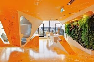 Durch die grüne Blätterwand entsteht eine frische und unverbrauchte Atmosphäre in den Praxisräumen. Das Grün setzt einen schönen Farbkontrast zum sonnigen Gelb-Orange