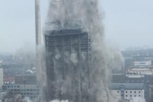 Das Gebäude kollabiert innerhalb weniger Sekunden