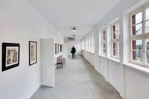 Die Flurbereiche folgen dem alten Raumfluss. Von dort gehen die ehemaligen Klassen-zimmer ab, die heute als Galerieräume genutzt werden