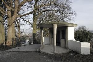 Pavillonbau vergangener Zeiten im Park, Blick auf die Burg