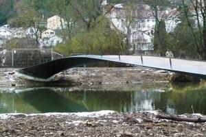 Bei Hochwassergefahr können die Geländer demontiert werden - die Brücke bietet dann dem Wasser und eventuellem Treibgut so gut wie keinen Widerstand<br />