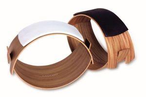 """Allein schon beim Betrachten von Gaucho, einem Sitzmöbel von Rovo Chair international, kann man sich vorstellen, dass man beim darauf Sitzen Spaß haben kann. Aus zwei Einzelteilen und einer Leder-Auflage zusammengefügt, ergibt sich ein federndes Schichtholz-Oval, das bereits mit einem reddot-Award ausgezeichnet wurde. Ab Mai 2015 wird das """"Schwungrad"""" im Handel erhältlich sein. www.rovo.de"""