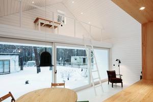 Das Panoramafenster ist so groß wie die Öffnung der Durchreiche. Beheizt wird das Haus mit einem kleinen Gussofen als Holzbrennofen mit Nachverbrennungstechnik<br />