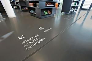 Das Wegeleitsystem wurde in die Bodenfläche der Bibliothek integriert
