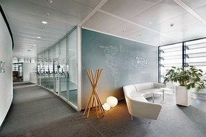 Die Glasboxen für interne Besprechungen, auch Think Tanks genannt, gliedern die offenen Bürosturkturen in kleinere Einheiten