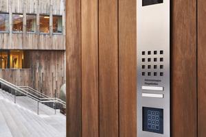 """<div class=""""10.6 Bildunterschrift"""">Eine Türstation mit Kamera, Ruf- und Türöffnertaste sowie Codeschloss </div>"""