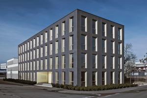 """<div class=""""6.6 Bildunterschrift / Herstellerangaben"""">Der viergeschossige Bürobau ist das erste Gebäude der Welt, dessen Fassade vollständig als Textilbetonsandwich ausgeführt wurde</div>"""
