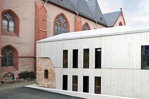 Eine Lichtfuge zwischen den Gebäuden und der historischen Außenwand des Kreuzganges distanziert, verbindet aber auch das Bestehende mit dem Neuen