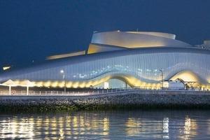 Die Haupteingangsseite ist von einer 140m langen bis zu 13m hohen Medienfassade geprägt. Es handelt sich um eine biomimetische Fassade